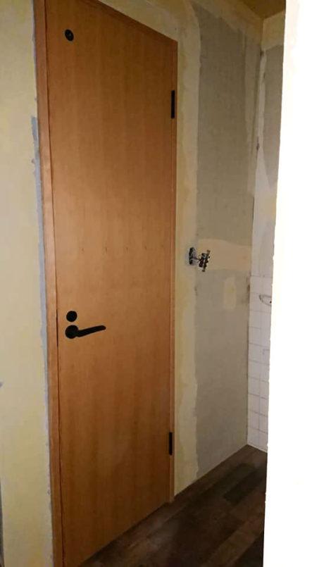 防府市でドアの取り付け完了