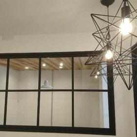 山口市内の店舗へ木製格子窓、トイレドアを取付、納品