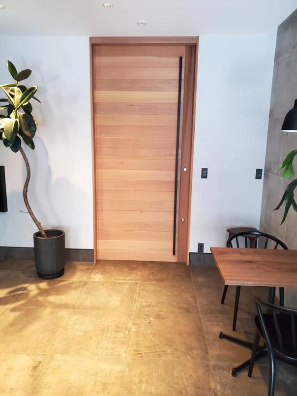 山口市内で住宅の玄関の引戸(上吊)を製作